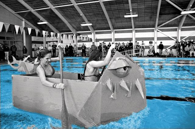 Hajóflotta - kartonverseny A nyári melegben mi az, amit a csapatod a legjobban szeretni fog? A vizes programokat! Építsetek kartonból hajót. Bízz a közös építményben és induljatok vele a vízi bajnokságon. Gyertek velünk a medencékhez, akár a tópartra és építseteka csapat szállítására alkalmas kartonhajókat, csónakokat, adott anyagokból, amelyeket éles bevetésbe kell próbára tenni. A végeredmény látványa mindig meghökkentő, humoros és lenyűgöző, mivel a csapatok által készített papírcsónakok testet öltenek, megjelenésük felsorakozva kápráztató.Nincs puding próbája!
